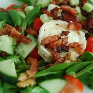 Zomerse salade aardbeien en geitenkaas