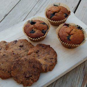 Chocolate chip cookies en blauwe bessen muffins