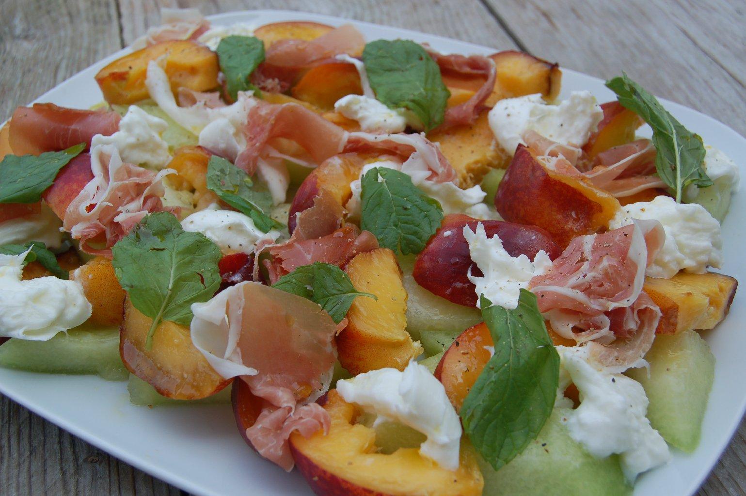 Perzik, meloen en parmaham salade - saladerecepten