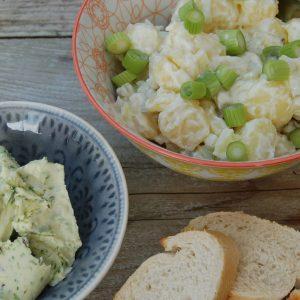 Verse aardappelsalade en kruidenboter