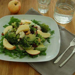 Maaltijdsalade met kalkoen, broccoli en appel