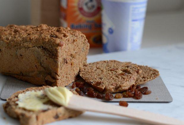 Speltbrood met yoghurt en rozijnen