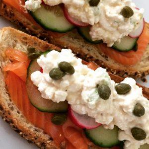 Sandwich met zalm en huttenkase