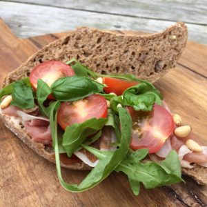 Broodje serranoham, balsamico mayonaise en rucola