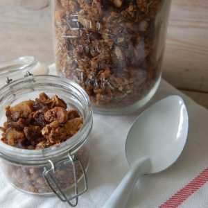 Granola met braziliaanse noten, pindakaas en kokosvezels