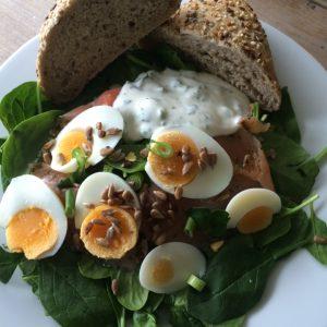 Spinaziesalade met zalm en yoghurtdressing