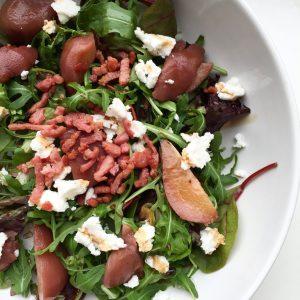 Salade met stoofpeertjes en geitenkaas