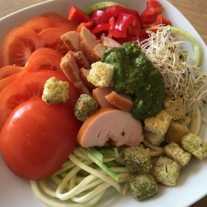 Courgette salade met kip en pesto