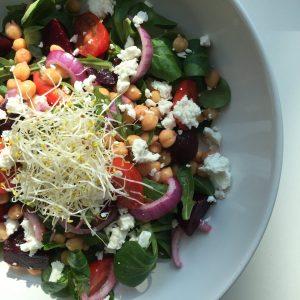 Healthy salade met kikkererwten, rode biet en geitenkaas