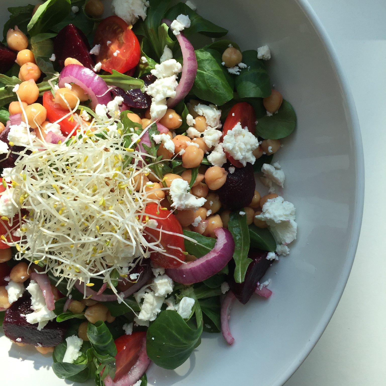 Healthy salade met kikkererwten, rode biet en geitenkaas - saladerecepten