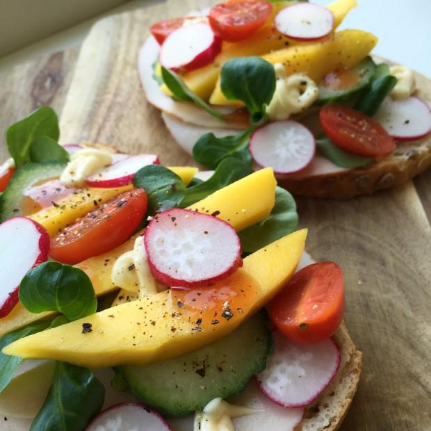 Lente sandwich met kip en mango