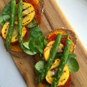 Broodje humus met gegrilde groenten