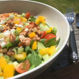 Frisse salade met zalm en geitenkaas