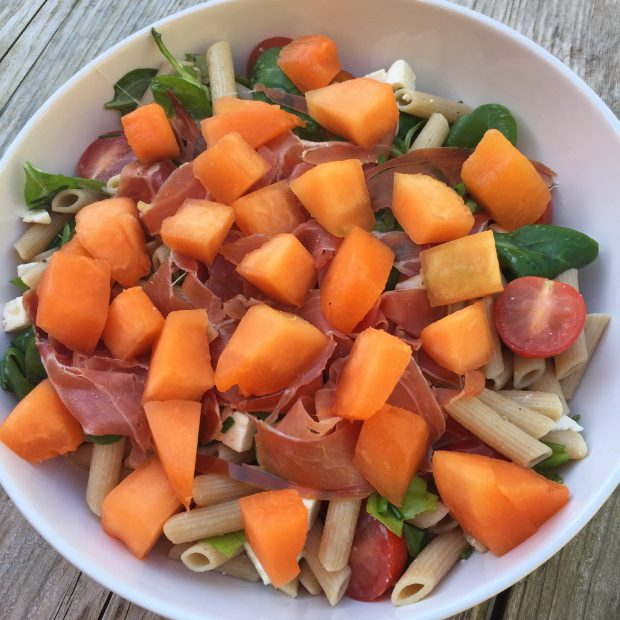 Zomerse pastasalade met parmaham en meloen