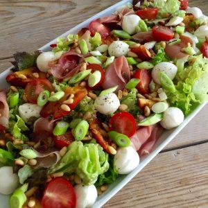 Zomerse salade met mozzarella en nectarine