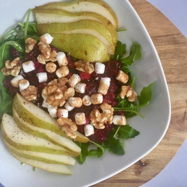 Gezonde salade met bietjes en geitenkaas