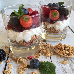 Huttenkase ontbijtje met granola en jam