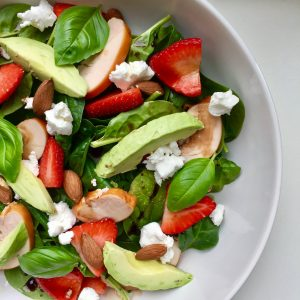 Salade met avocado, aardbei en geitenkaas