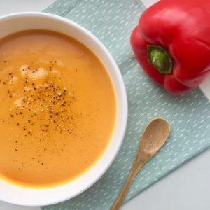 Zoete aardappelsoep met rode paprika