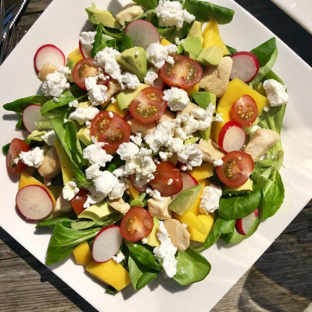 Salade met mango en geitenkaas