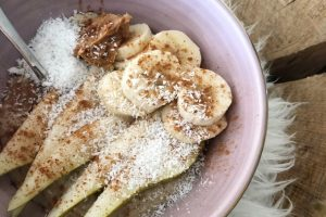 Havermout ontbijtje met peer en pindakaas