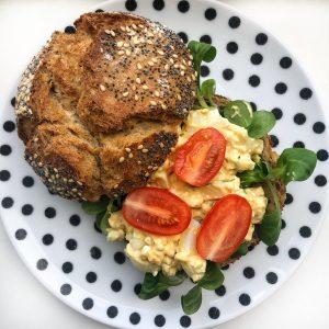 Broodje met zelfgemaakte eiersalade
